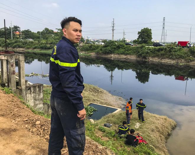 Lực lượng phòng cháy chữa cháy và cứu nạn cứu hộ có mặt tại khu vực nghi phạm chỉ nơi nghi phi tang thi thể em Hiền.