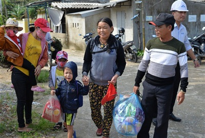 Hàng chục ngàn hộ dân rời nhà cửa tránh bão số 9. Ảnh: T.Trực