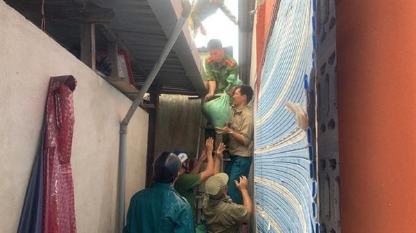 Lực lượng Công an TP Huế giúp dân chằng chống nhà cửa.