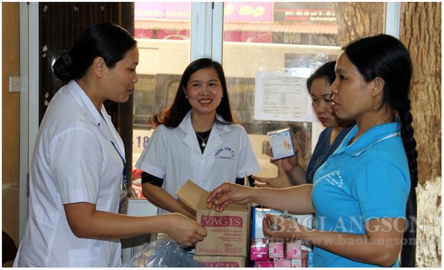 Người dân mua các sản phẩm của Đề án 818 tại Trung tâm Y tế thành phố Lạng Sơn. Ảnh: Báo Lạng Sơn