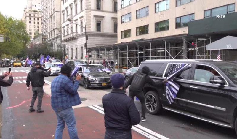 Đoàn xe của những người ủng hộ Tổng thống Donald Trump ở New York đụng độ với những người phản đối ông. Ảnh: Freedom News TV