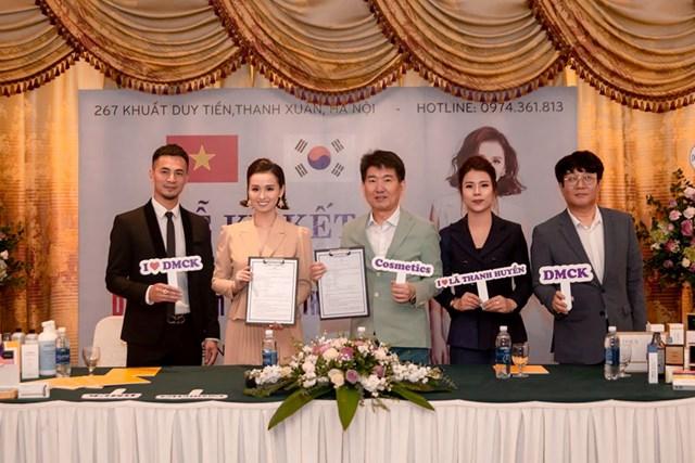 Diễn viên Lã Thanh Huyền trong buổi ký kết với công ty TNHH DMCK.