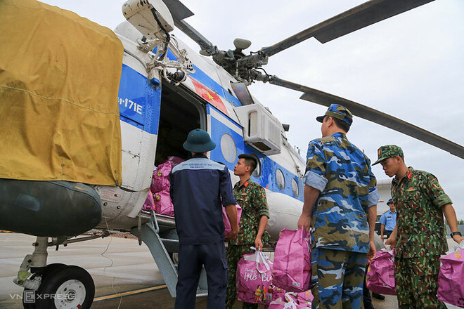 Trực thăng Sư đoàn Không quân 372 cứu trợ nhu yếu phẩm cho người dân huyện Hướng Hoá (Quảng Trị), ngày 23/10. Ảnh: Đông Khanh.