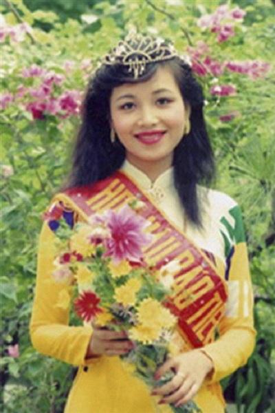 Diệu Hoa khi đăng quang Hoa hậu Việt Nam năm 1990.