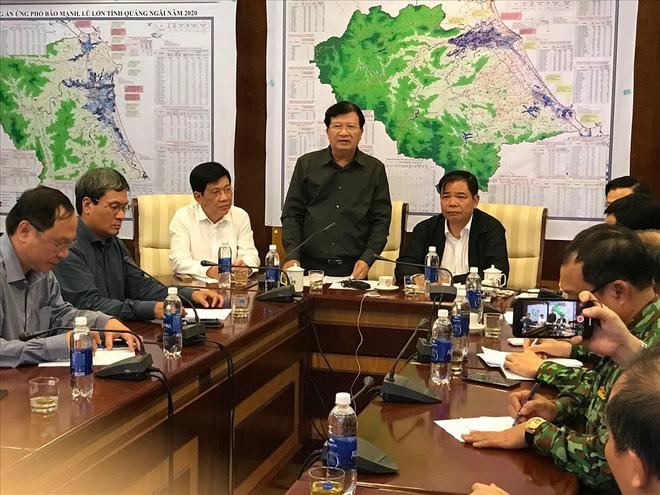 Phó Thủ tướng Trịnh Đình Dũng chỉ đạo tại phiên họp thứ 2 ở Sở chỉ huy tiền phương. Ảnh: Tường Minh