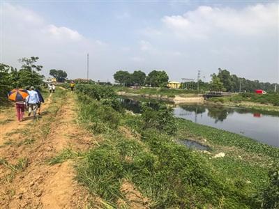 Khu vực vớt được thi thể nữ sinh Hiền nằm đối diện với cổng thôn Gia Khánh (xã Nguyễn Trãi, Thường Tín).
