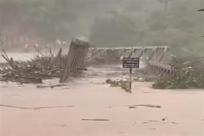 Cây cầu sắt bị lũ cuốn trôi khiến gần 1.500 người dân bị cô lập