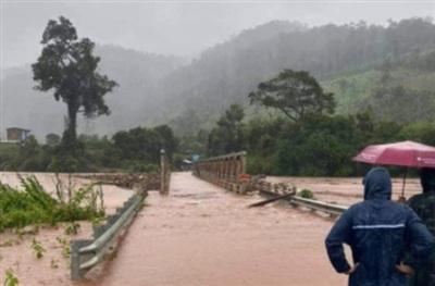 Cây cầu trước khi bị lũ cuốn trôi