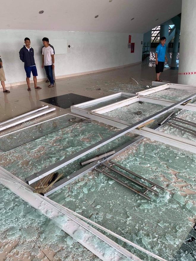 Bể kính ở cung thể thao Tuyên Sơn bị gió bão quật nát.