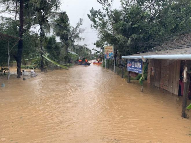 Ông Phạm Văn Nam - Bí thư Huyện ủy An Lão cho biết, nước trên thương nguồn Ba Tơ (Quảng Ngãi) đang xuống rất nhanh.