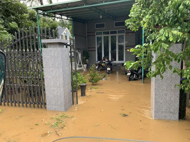 Nước lũ tràn vào nhà người dân.