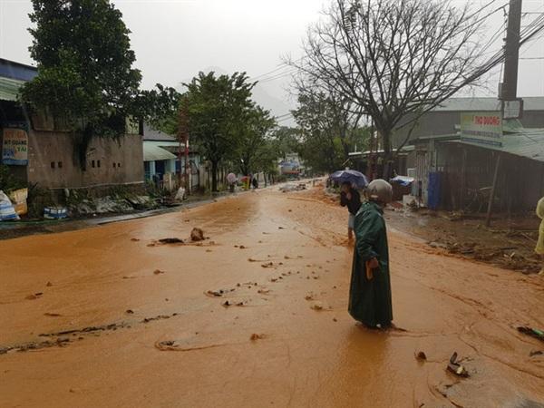Sạt lở đất chảy xuống nhà dân ở khu trung tâm huyênh Nam Trà My - Ảnh: HOÀNG THỌ