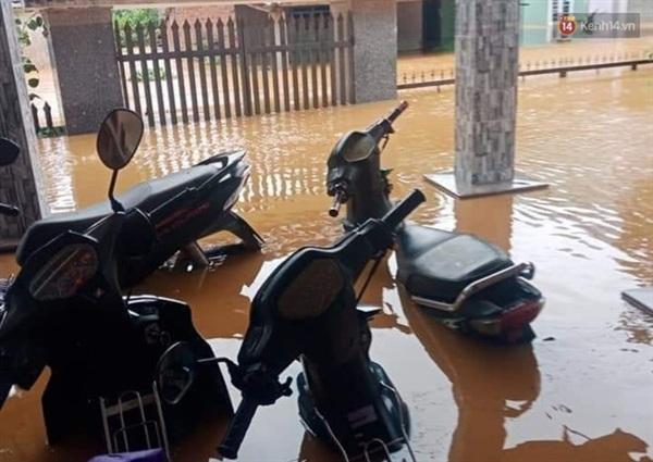Nhiều xe máy bị ngâm trong nước lũ (Ảnh: tứ Qúy)