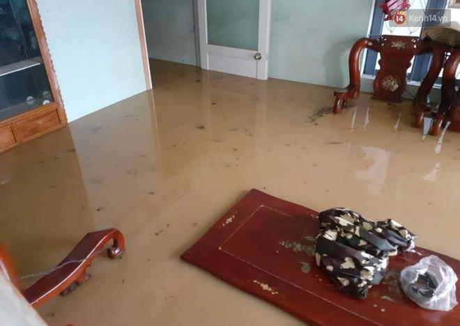 Nước tràn vào nhà dân, ngập nửa mét (Ảnh: tứ Qúy)