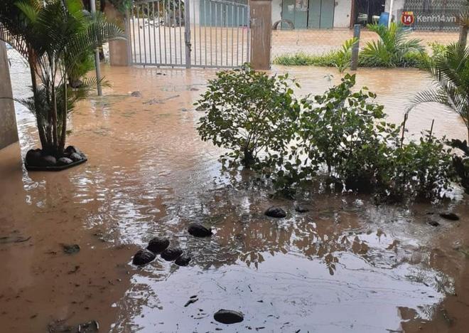 Sau bão, nước lũ đổ về khiến nhiều địa phương ở Bình Định ngập sâu (Ảnh: tứ Qúy)