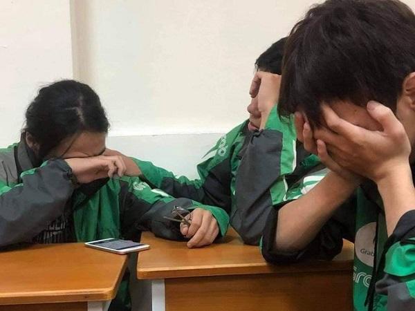 Hình ảnh những bạn sinh viên khóc nghẹn sau khi nghe điện thoại từ gia đình khiến nhiều người xót xa.