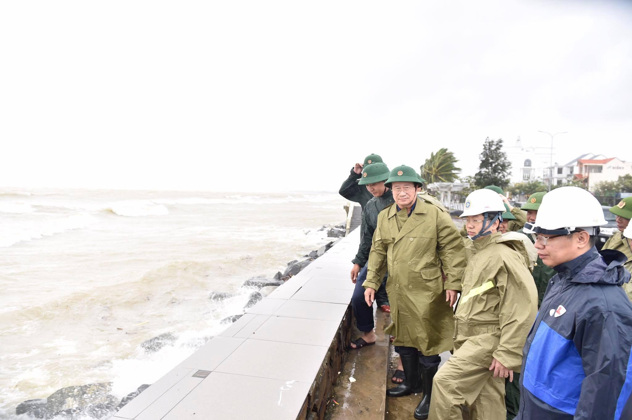 Phó Thủ tướng Trịnh Đình Dũng kiểm tra bờ kè tại Đường Nguyễn Tất Thành, TP. Đà Nẵng.