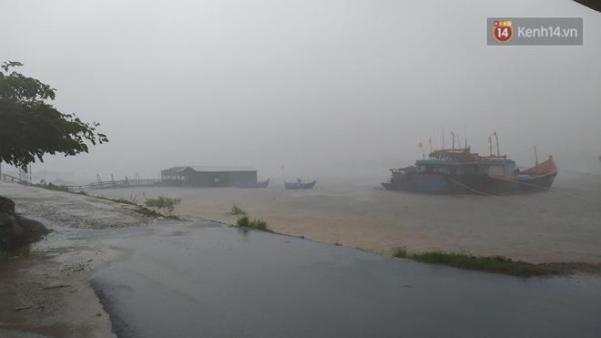 Gió rất lớn tại khu vực cửa biển (Ảnh: Hà Nam)