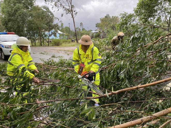 Lực lượng CSGT giải phóng cây xanh gãy đổ để thông đường
