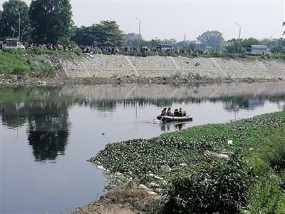 Lực lượng chức năng tìm thấy thi thể nạn nhân trên sông Nhuệ, ở địa phận xã Nguyễn Trãi (huyện Thường Tín, Hà Nội), các hiện trường gây án khoảng 5km.