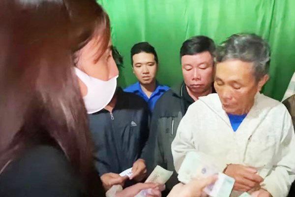 Sau vài câu hỏi han, Thủy Tiên quyết định tặng ông Trần Văn Báu 200 triệu đồng