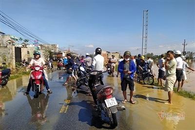Rất đông người dân huyện Đại Lộc chờ nước lũ rút để băng qua quốc lộ 14B