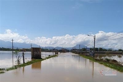Sáng 29/10, tuyến đường quốc lộ 14B vẫn bị chia cắt do lũ từ thượng nguồn đổ về