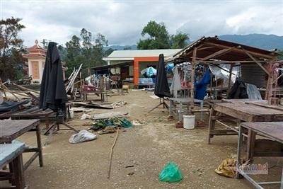 Lũ tràn về mạnh khiến một số lán ở chợ cóc xã Đại Đồng đổ ngã