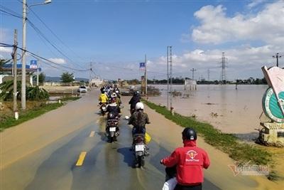 Người dân lưu thông trở lại sau khi lũ rút trên quốc lộ 14B