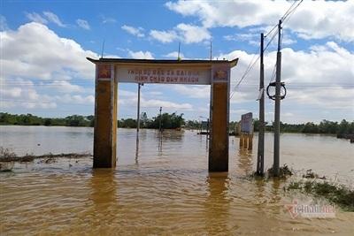 Con đường dẫn vào một thôn ở xã Đại Hòa sáng nay vẫn ngập trong lũ