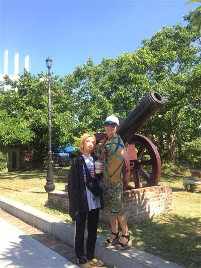 Quỳnh Chi chụp hình với mẹ.