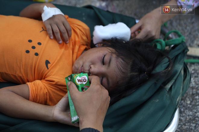 Gương mặt bàng hoàng và sợ hãi của bé gái sau khi được lực lượng cứu hộ đưa ra khỏi hiện trường vụ sạt lở