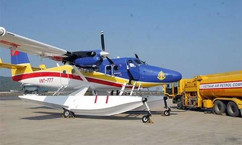 Thủy phi cơ DCH-6 sẵn sàng bay ra vùng biển tìm các nạn nhân của 2 tàu cá gặp nạn khi thời tiết cho phép