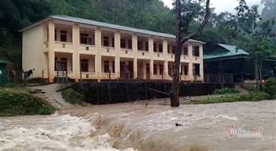 Trường PTDTBT- THCS Tam Hợp bị nước lũ chia cắt, học sinh phải ở lại trường ngủ qua đêm