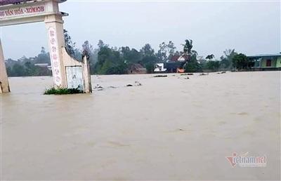 Nước trắng xoá cô lập đường ở xã Nghi Kiều, huyện Nghi Lộc, Nghệ An chiều nay