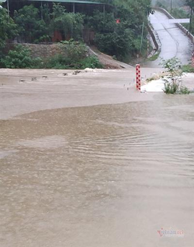Đập tràn đi qua xã Tam Hợp bị nước lũ chia cắt