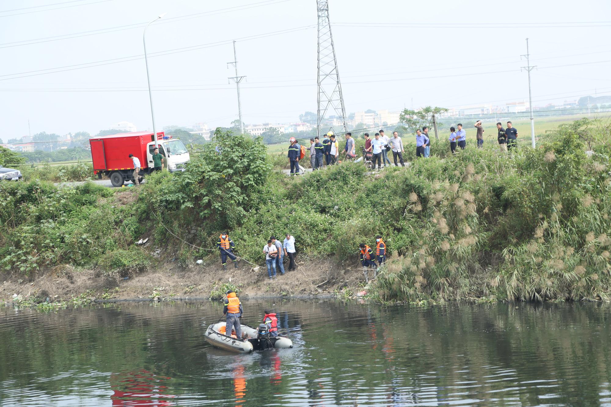 Lực lượng chức năng tìm kiếm nữ sinh Hiền dưới sông Nhuệ.