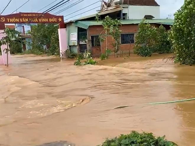 Mưa gió khiến hàng loạt tuyến đường trên địa bàn hai huyện miền núi của tỉnh Bình Định bị chia cắt. (Ảnh: PLO)