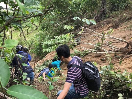 Rất khó khăn để đi vào xã Phước Lộc (Ảnh: Đình Thức)