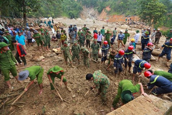 Lực lượng cứu hộ đang rất nỗ lực dưới lớp đất đá, bùn lầy (Ảnh: Hải Long)