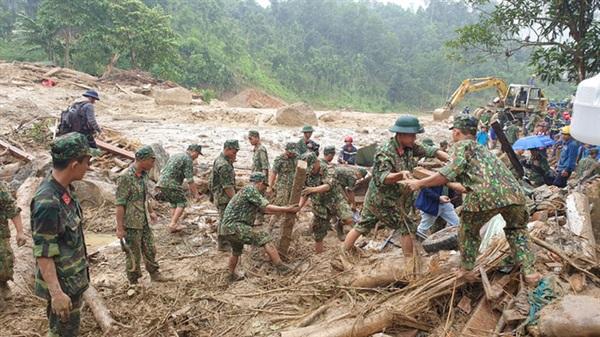 Lực lượng cứu hộ đang rất nỗ lực để cứu nạn (Ảnh: Đình Thức)