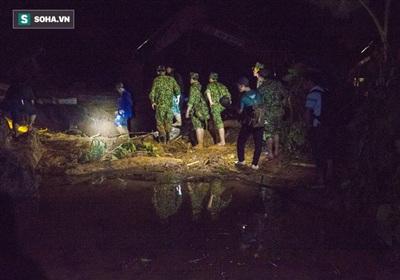 Đêm 29/10, đường vào hiện trường vụ sạt lở, vùi lấp nhiều người ở xã Trà Leng (huyện Nam Trà My, Quảng Nam) vẫn chưa được khai thông, đường bộ nhiều bùn lầy, di chuyển rất khó khăn.
