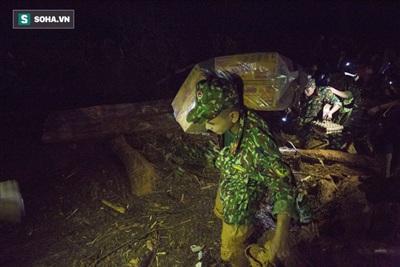 Nhiều đoạn sạt lở, bùn sâu tới cả mét, nhưng các anh vẫn cùng nhau nỗ lực băng qua trong đêm