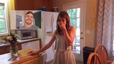 Rachel đã rất sốc khi nhìn thấy tấm thiệp và cả chiếc que thử thai.