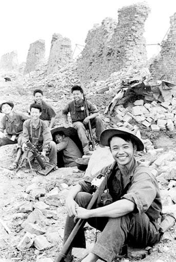 Nụ cười bên thành cổ Quảng Trị của các chiến sĩ ta. Ảnh: Đoàn Công Tính.