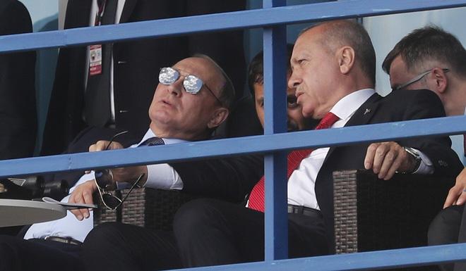 Tổng thống Nga Vladimir Putin (trái) và người đồng cấp Thổ Nhĩ Kỳ Recep Tayyip Erdogan (Ảnh: AP)