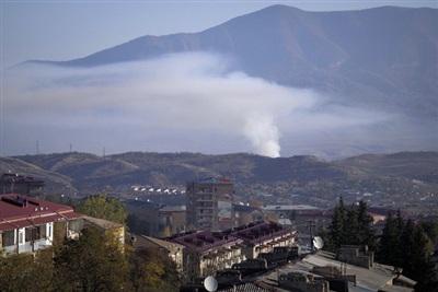 Khói bốc lên sau một vụ pháo kích ở thành phố Stepanakert vùng Nagorno-Karabakh (Ảnh: AP)