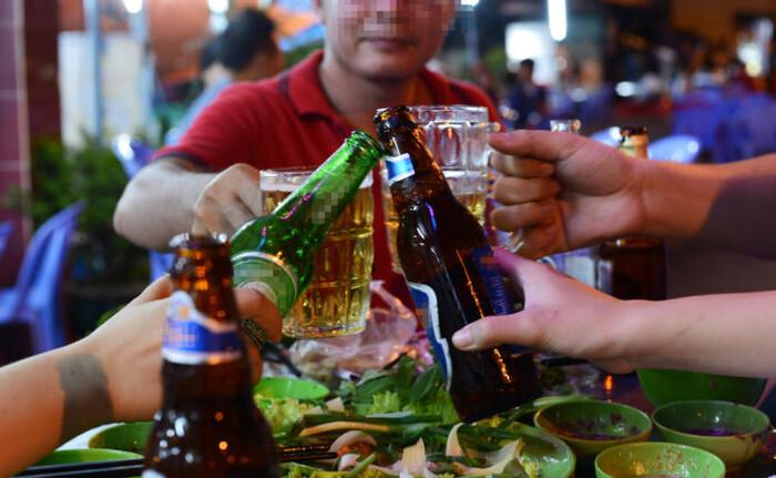 Ép người khác uống rượu bia sẽ bị xử phạt đến 3 triệu đồng. Ảnh minh họa