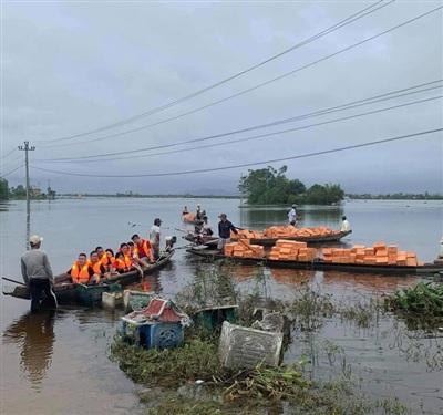 Nhóm từ thiện những người yêu hoa lan vận chuyển hàng cứu trợ tới vùng ngập lũ tại Thừa Thiên Huế.
