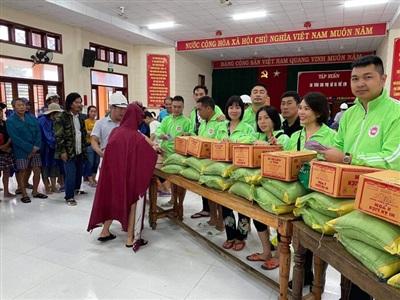 Người dân xã Quảng Phước, huyện Quảng Điền, tỉnh Thừa Thiên Huế nhận hàng cứu trợ từ Nhóm từ thiện những người yêu hoa lan.